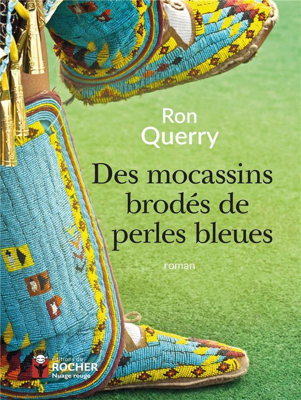 DES MOCASSINS BRODES DE PERLES BLEUES