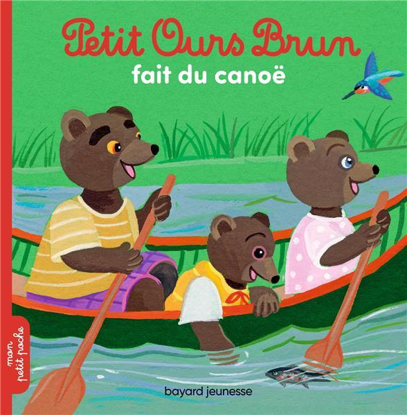 Petit ours brun fait du canoe